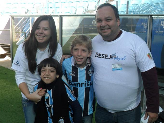 Com a ajuda dos voluntários Marcos Uchôa Leal e Emanuelle  Censi levamos os garotos Gabriel e Paulo Guilherme para conhecer de perto a Arena. A emoção de todos com certeza foi maior que a grandeza do estádio.